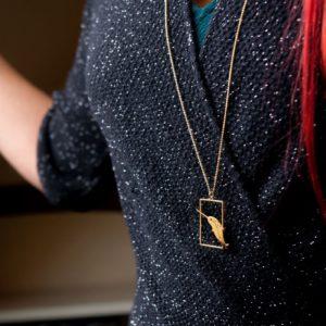 Sautoir narval porté, finition or - Les Naturalistes bijoux