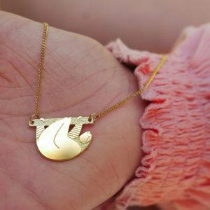 Collier paresseux finition or dans la main - Les Naturalistes bijoux