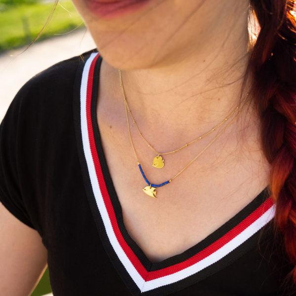 Collier poisson papillon finition or et lapis lazuli porté avec un poisson ange finition or Les Naturalistes bijoux