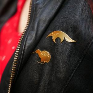 Pins tamanoir finition or et pins kiwi finition or portés sur une veste en cuir- Les Naturalistes bijoux