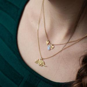 Collier tricératops finition or porté avec un collier pampille finition feuille et calcédoine - Les Naturalistes bijoux