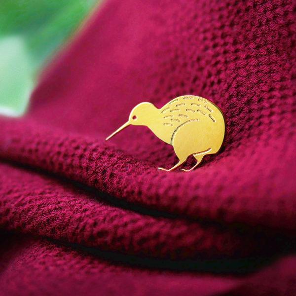 Pins kiwi finition or sur pull cocooning rouge- Les Naturalistes bijoux