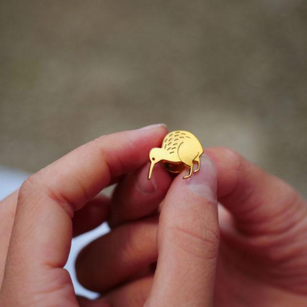 Pins kiwi finition or dans les mains- Les Naturalistes bijoux