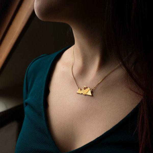 Collier dinosaure finition or porté - Les Naturalistes bijoux