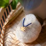 Collier poisson papillon finition or et lapis lazulisur un oursin - Les Naturalistes bijoux
