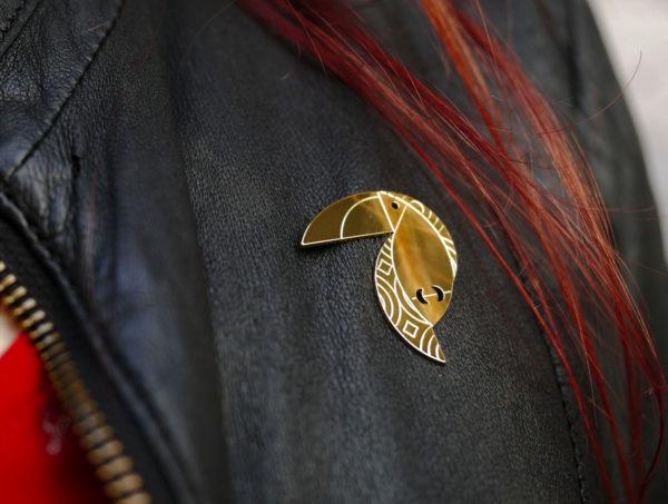 Pins toucan finition or porté - Les Naturalistes bijoux