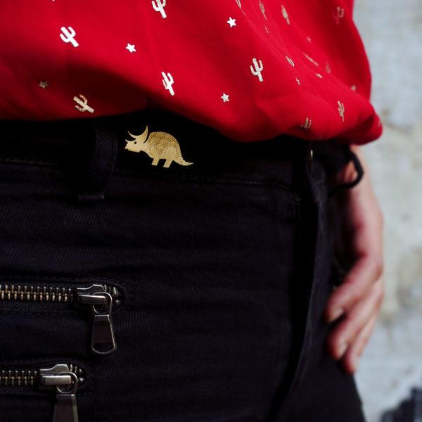 Pins tricératops finition or porté - Les Naturalistes bijoux