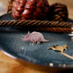 Pins tricératops finition argent et collier tricératops finition or - Les Naturalistes bijoux