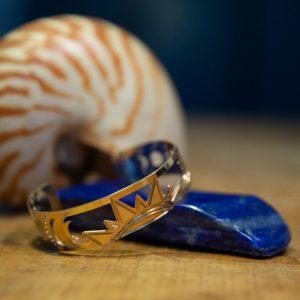 Les Naturalistes - Bracelet Manchette Cosmos Or - Contexte Lapis Lazuli et Nautile